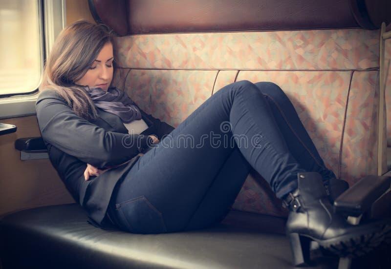 Mujer del viajero que duerme en un tren imágenes de archivo libres de regalías