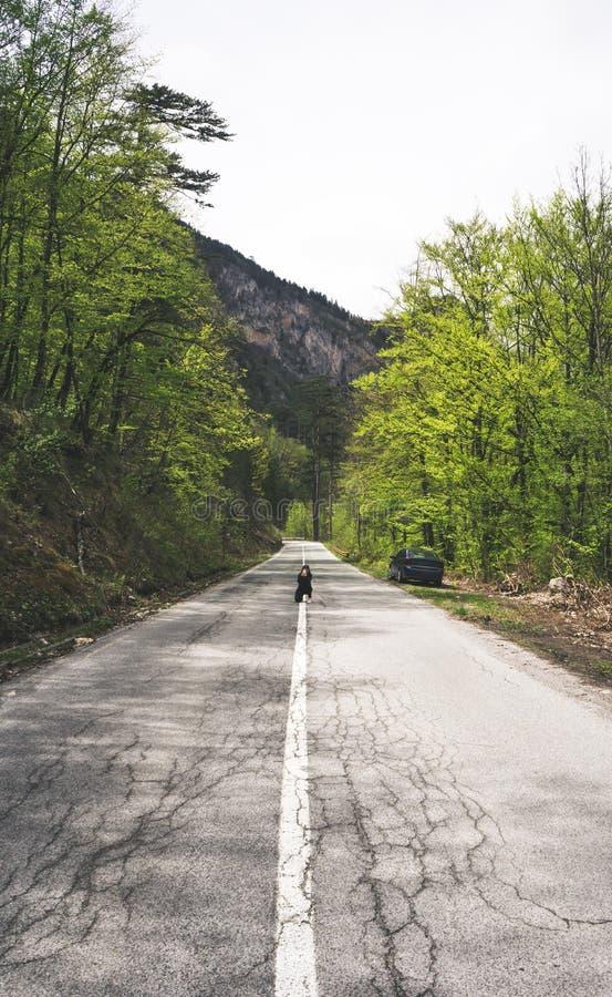 Mujer del viajero que usa el smartphone que toma el campo del camino de las imágenes y natural europeos el día de verano Viajero, foto de archivo libre de regalías