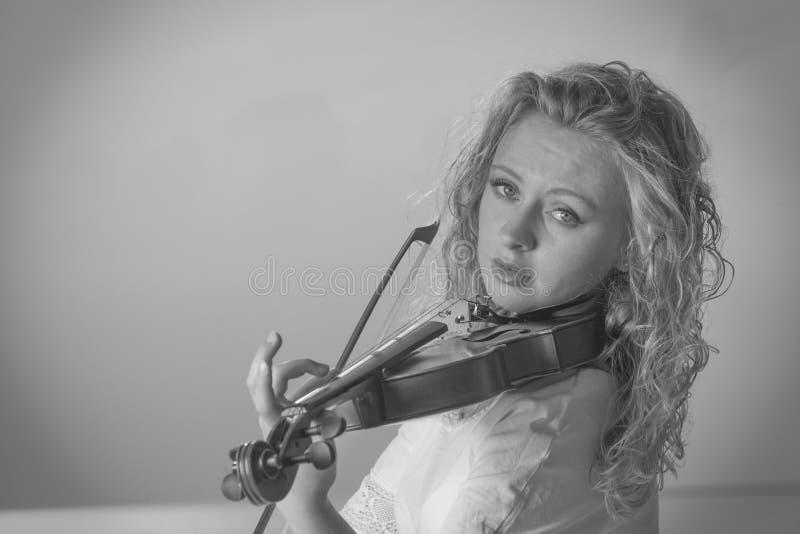 Mujer del violinista del músico que juega en el violín imagenes de archivo