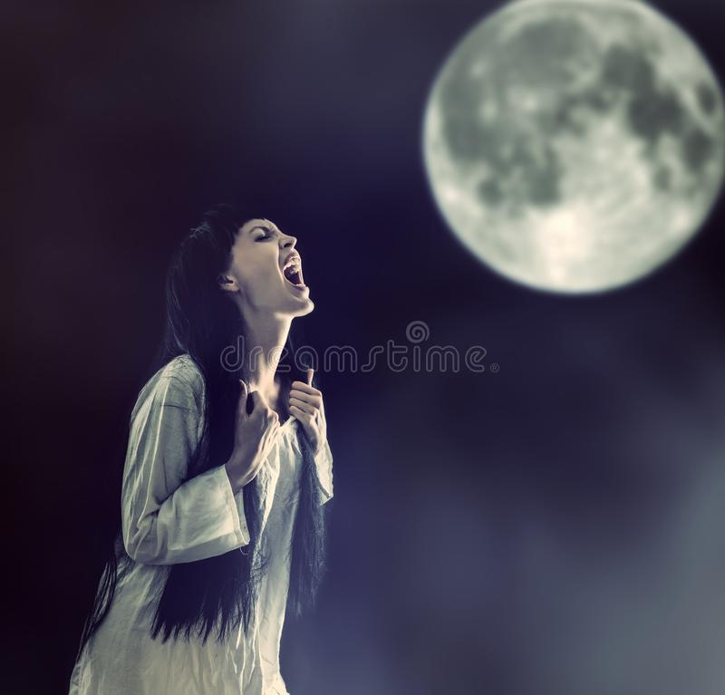 Mujer del zombi de Halloween que grita en la Luna Llena fotografía de archivo libre de regalías