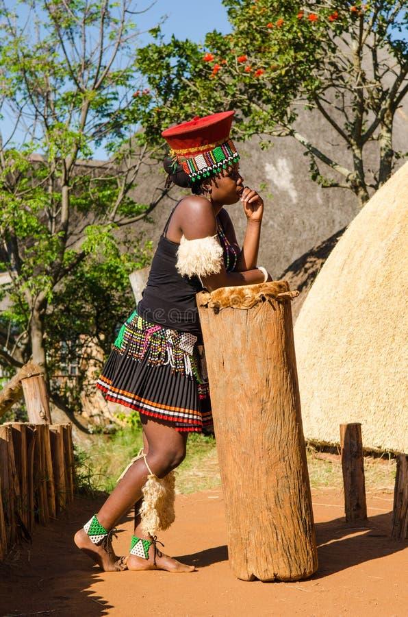 Mujer del Zulú de Aafrican en el vestido tradicional, sombrero, sonriendo forma de vida Suráfrica foto de archivo