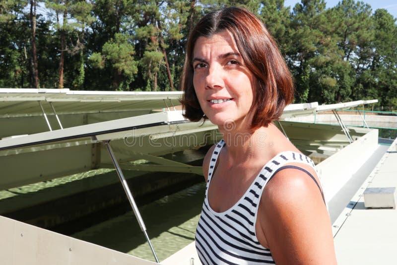 Mujer delante de la instalación de tratamiento del agua potable imágenes de archivo libres de regalías