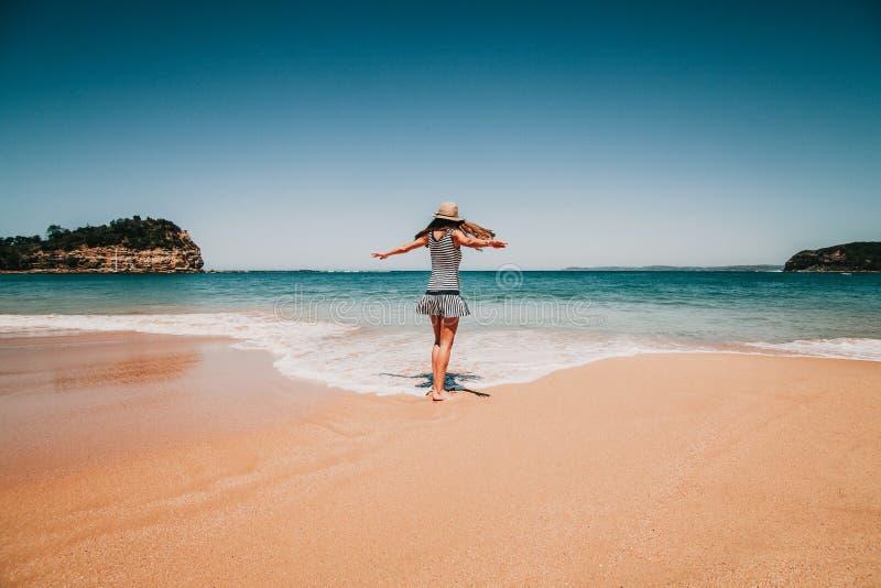 Mujer delante de la playa en Australia fotografía de archivo libre de regalías