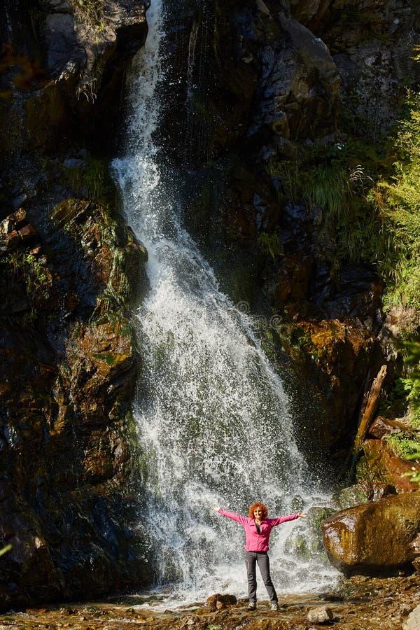 Mujer delante de una cascada foto de archivo libre de regalías