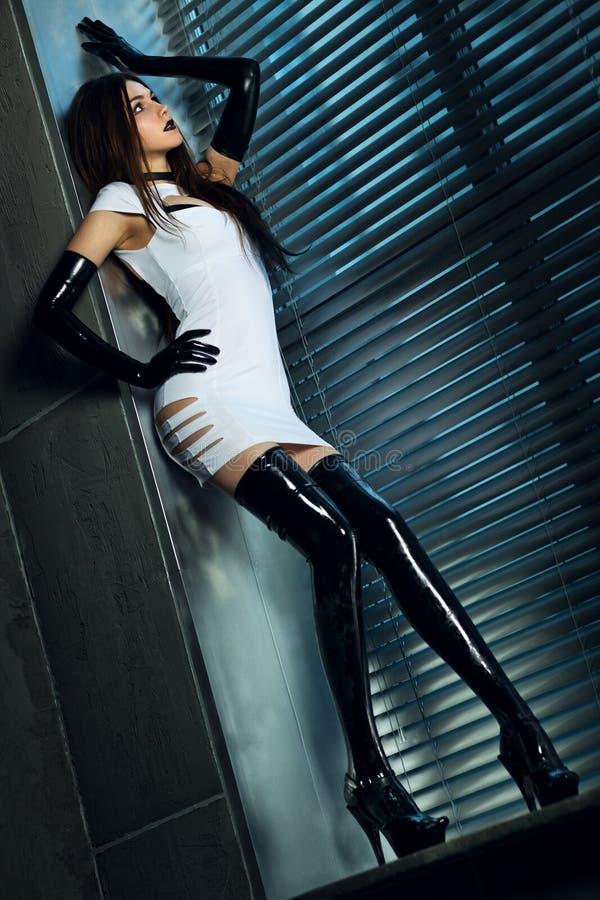 Mujer delgada joven del goth imagen de archivo