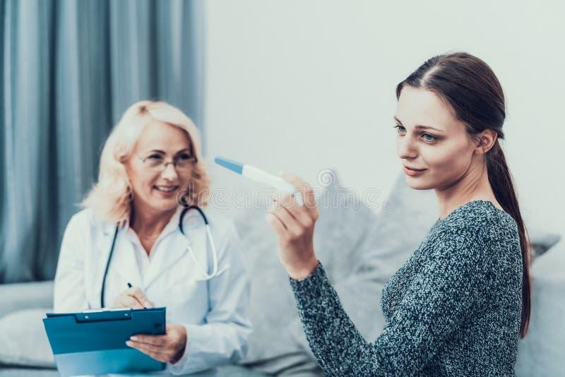 Mujer delgada joven en Gray Sweater Visiting Doctor fotos de archivo