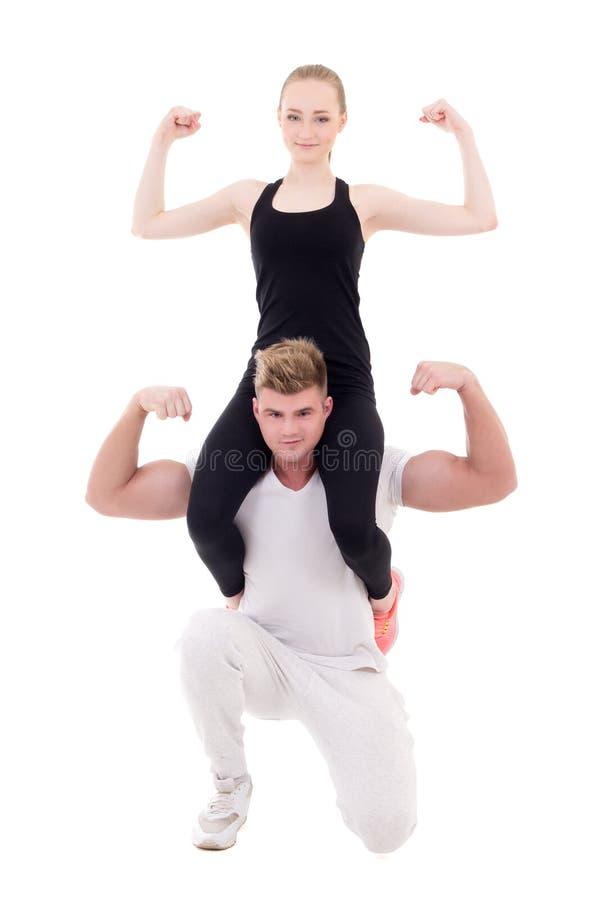 Mujer delgada joven que se sienta en hombros de su novio muscular imagenes de archivo