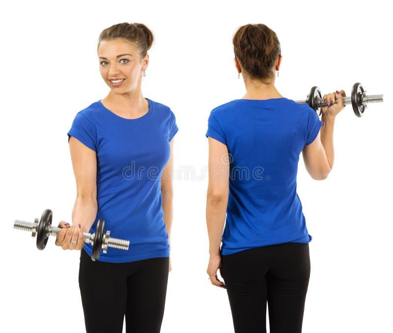 Mujer delgada que lleva la camisa azul en blanco y el ejercicio imagen de archivo libre de regalías