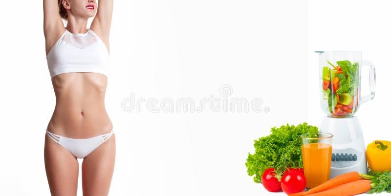 Mujer delgada y deportiva, concepto de la dieta con las verduras frescas imágenes de archivo libres de regalías