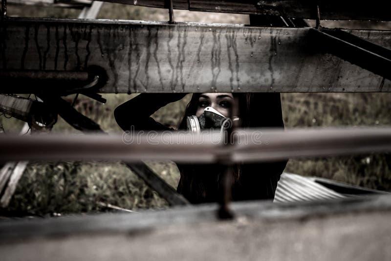 Mujer dentro de la estructura oxidada fotografía de archivo libre de regalías