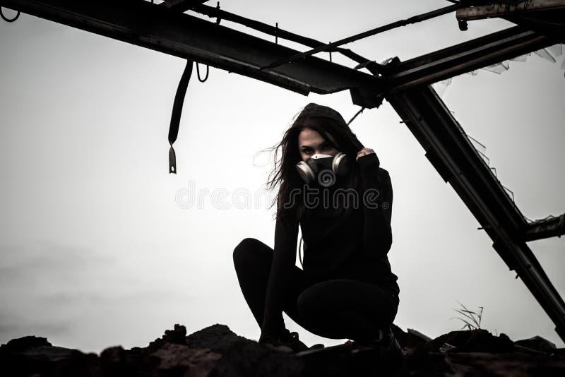 Mujer dentro de la estructura oxidada fotos de archivo libres de regalías