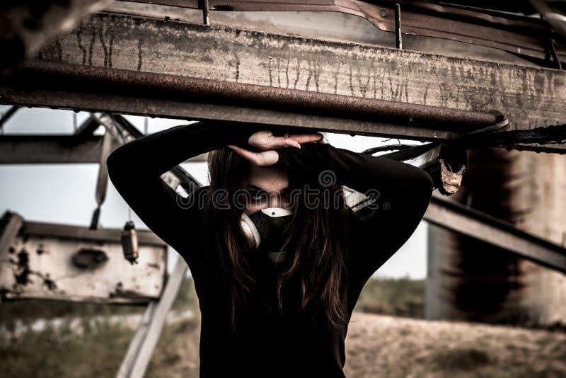Mujer dentro de la estructura oxidada imágenes de archivo libres de regalías