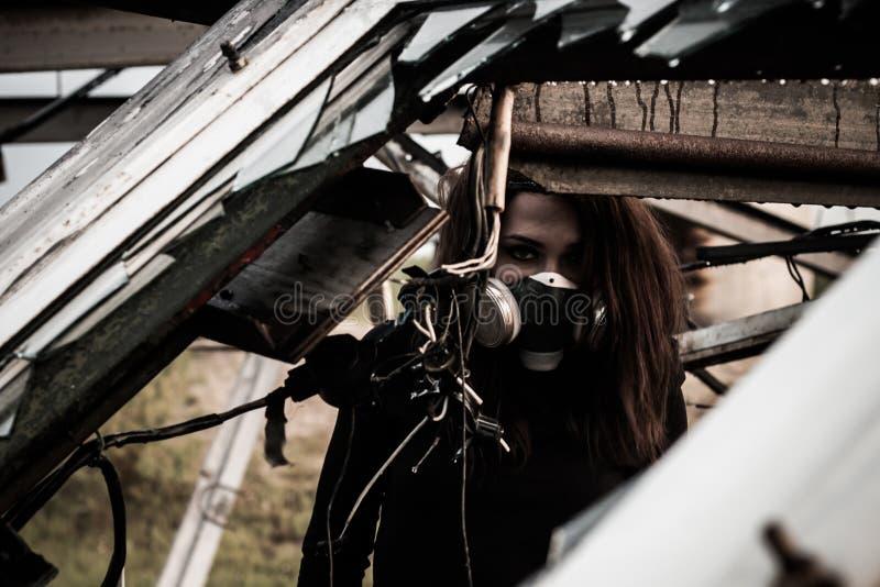 Mujer dentro de la estructura oxidada foto de archivo libre de regalías