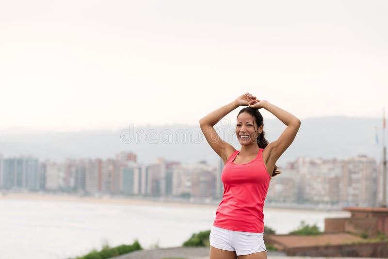 Mujer deportiva acertada hacia scape de la ciudad fotos de archivo libres de regalías
