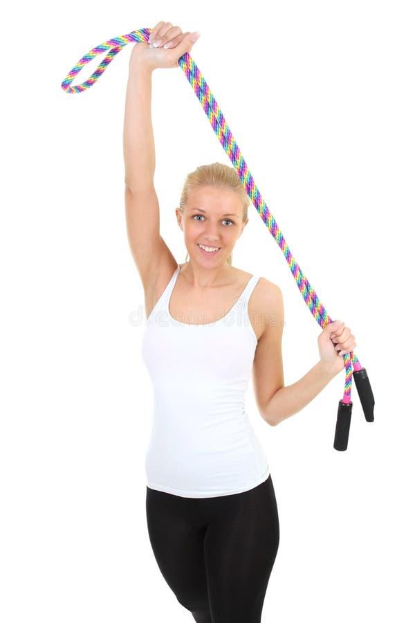 Mujer deportiva con la cuerda que salta imagenes de archivo