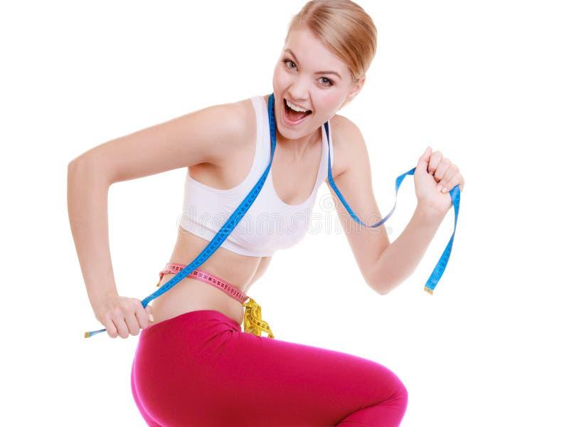Mujer deportiva del ajuste con las cintas de la medida. Hora para adelgazar de la dieta. imágenes de archivo libres de regalías