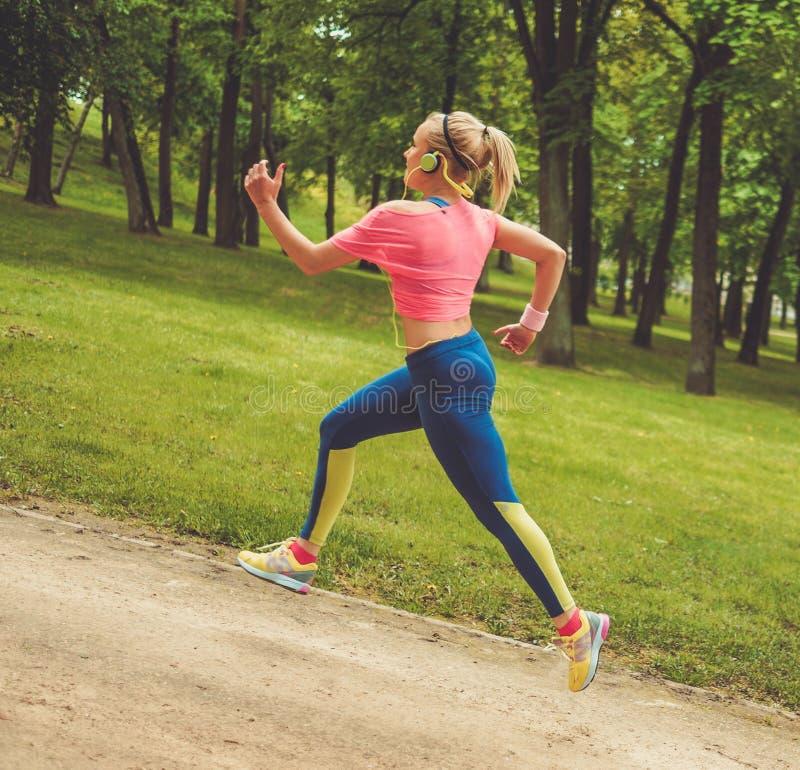 Mujer deportiva en un parque foto de archivo libre de regalías