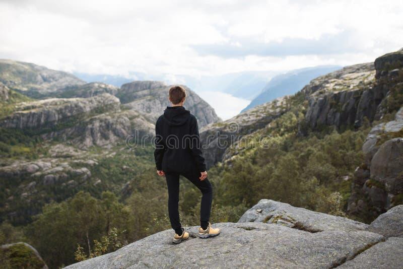 Mujer deportiva encima de la montaña fotos de archivo libres de regalías