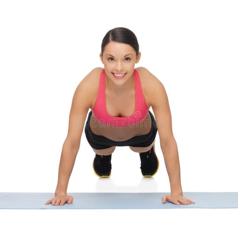 Mujer deportiva hermosa que hace ejercicio fotos de archivo