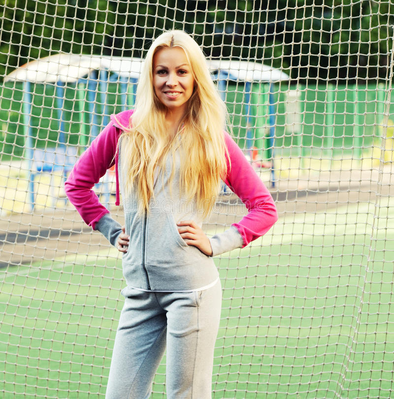 Mujer deportiva joven al aire libre fotografía de archivo