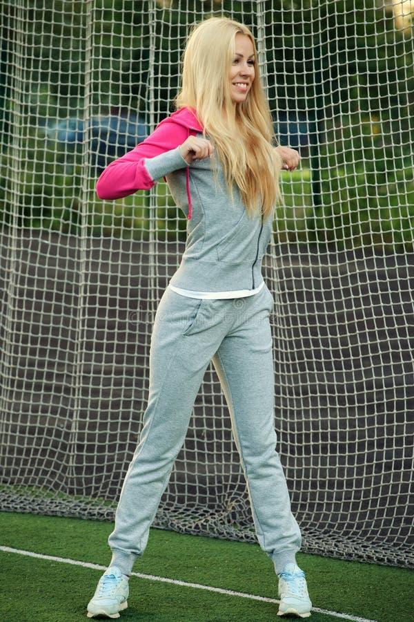 Mujer deportiva joven al aire libre foto de archivo libre de regalías