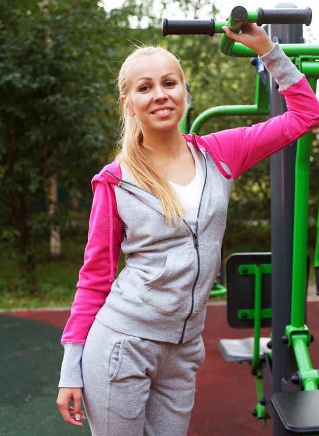 Mujer deportiva joven al aire libre imagenes de archivo