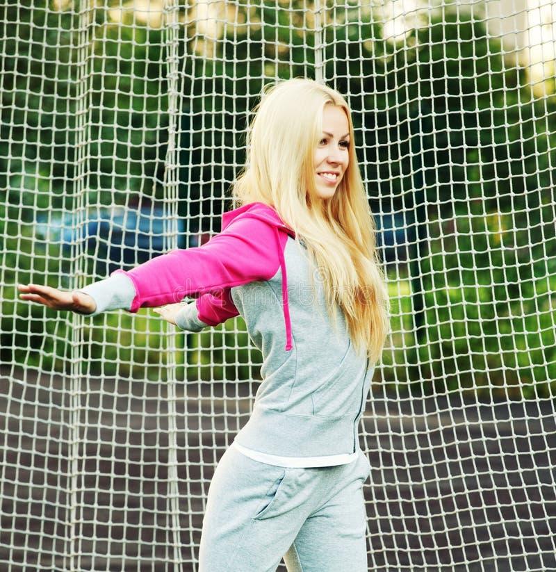 Mujer deportiva joven al aire libre imágenes de archivo libres de regalías