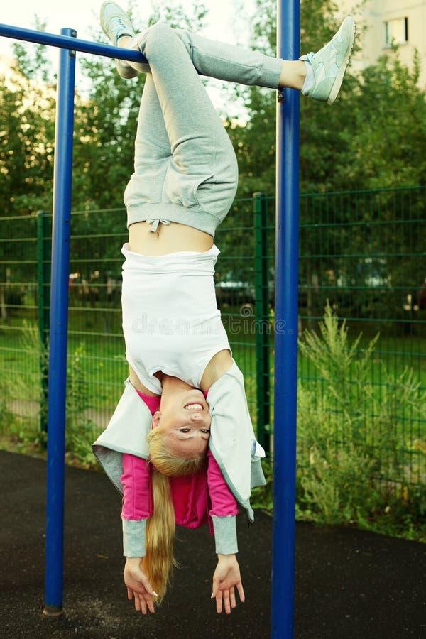 Mujer deportiva joven al aire libre fotos de archivo