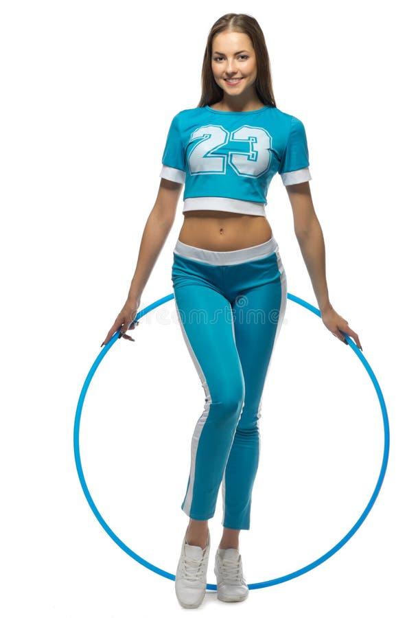 Mujer deportiva joven con el aro foto de archivo