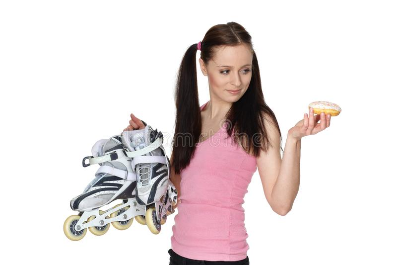 Mujer deportiva joven con los rollerskates y el bu?uelo imagenes de archivo
