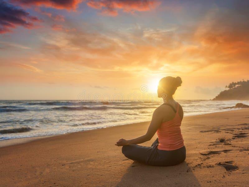 Mujer deportiva joven del ajuste que hace oudoors de la yoga en la playa imágenes de archivo libres de regalías