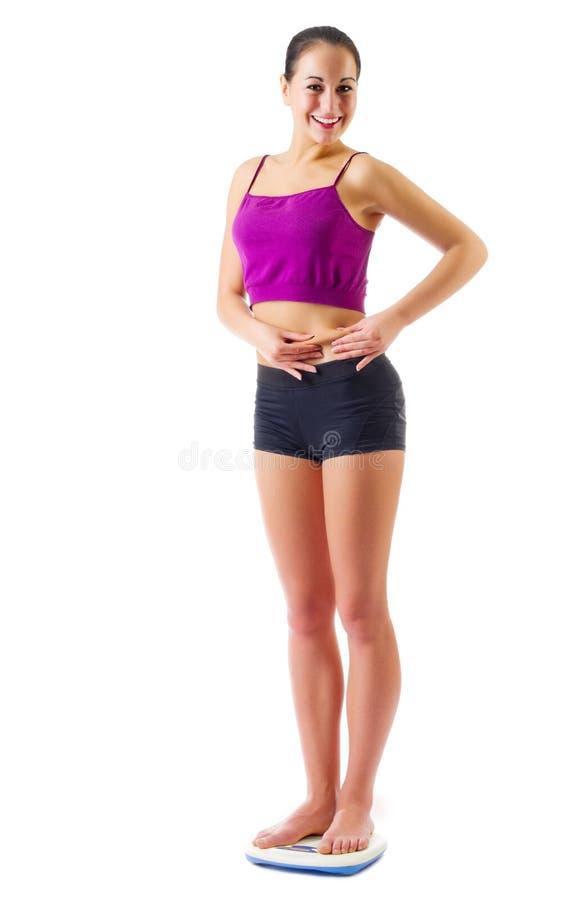 Mujer deportiva joven en escalas imagen de archivo