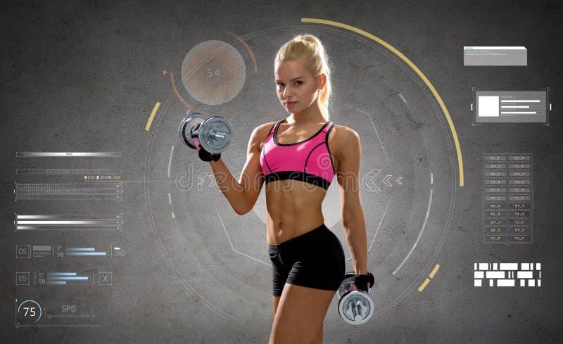 Mujer deportiva joven feliz que ejercita con pesas de gimnasia imágenes de archivo libres de regalías