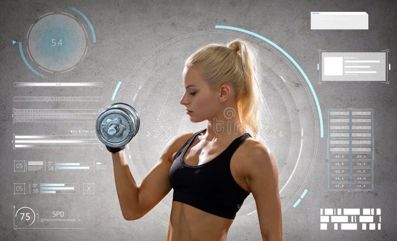 Mujer deportiva joven que ejercita con la pesa de gimnasia de acero fotografía de archivo