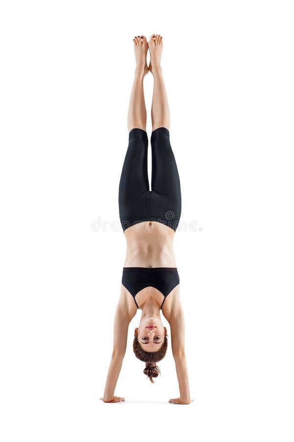 Mujer deportiva joven que hace actitud del asana de la yoga del headstand fotografía de archivo libre de regalías