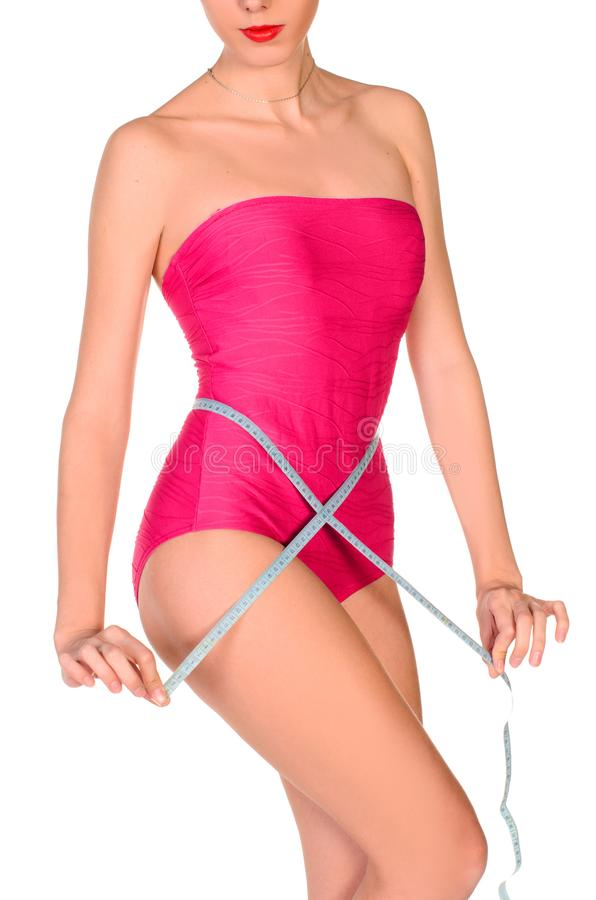 mujer deportiva joven que mide su cintura foto de archivo