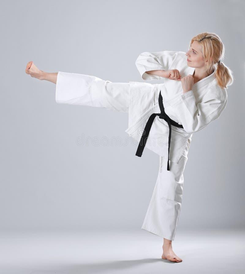 Mujer deportiva joven que practica artes marciales imagenes de archivo