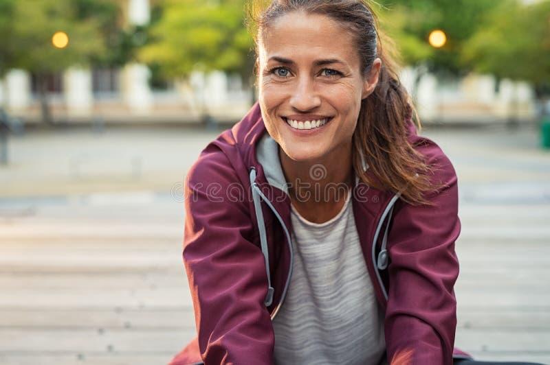 Mujer deportiva madura sonriente fotos de archivo