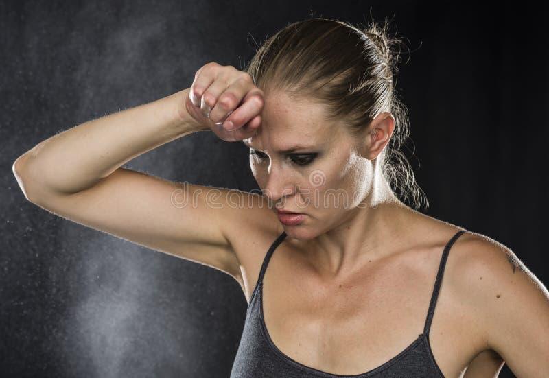 Mujer deportiva pensativa con la mano en la frente fotografía de archivo libre de regalías