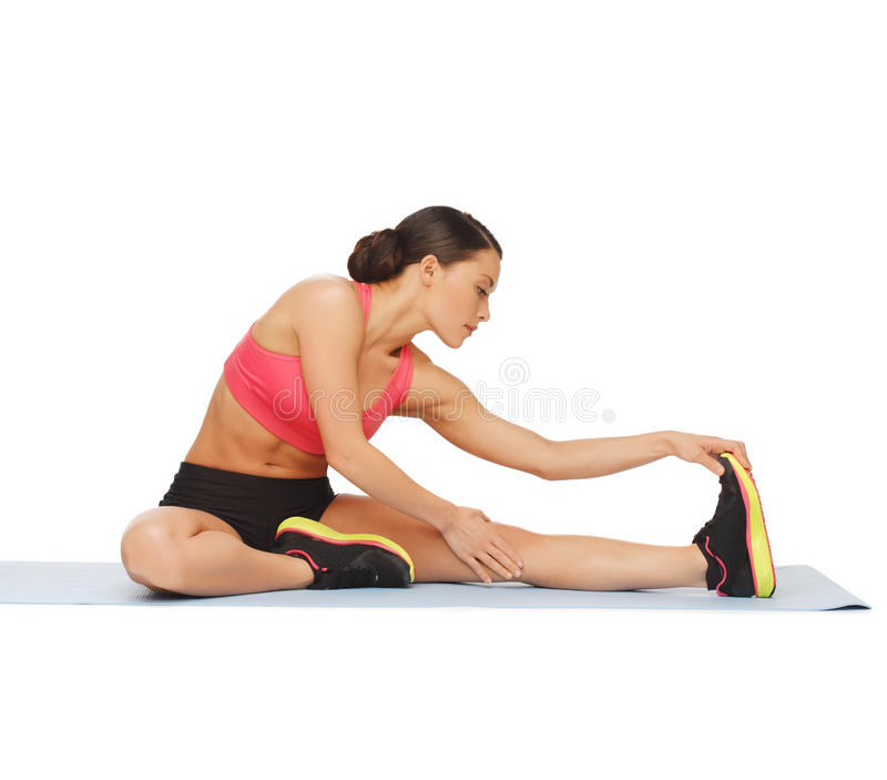 Mujer deportiva que hace ejercicio en el piso fotos de archivo libres de regalías