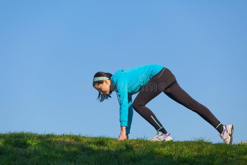 Mujer deportiva que se prepara para correr imagen de archivo libre de regalías