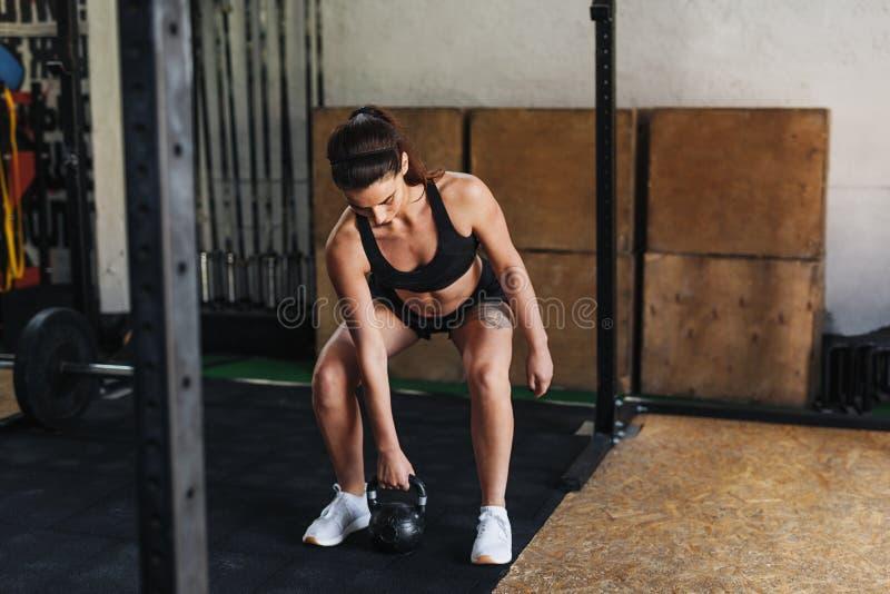 Mujer deportiva que se prepara para resolverse foto de archivo