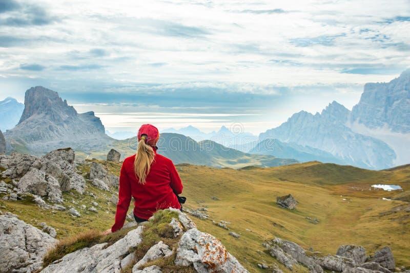 Mujer deportiva que se relaja en el rastro de monta?a Marmolada, monta?as de las dolom?as, Italia fotos de archivo libres de regalías