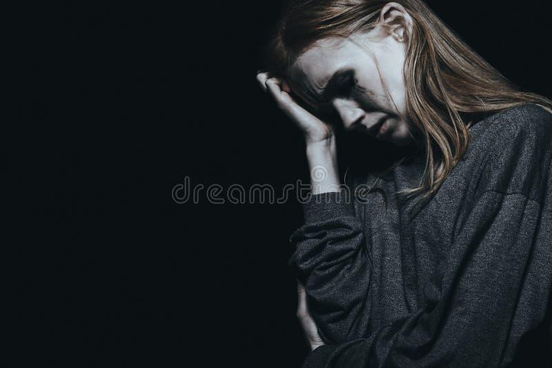 Mujer deprimida con ansiedad imagen de archivo libre de regalías
