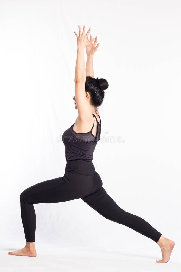 Mujer derecha de la yoga en el fondo blanco Aislado, trayectoria de recortes fotos de archivo libres de regalías
