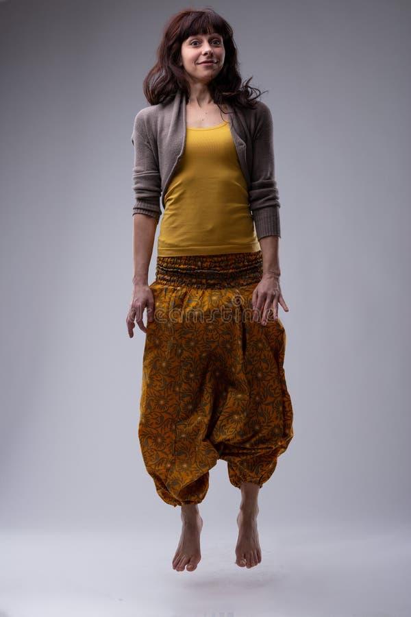 Mujer descalza de moda que salta en el aire imagenes de archivo