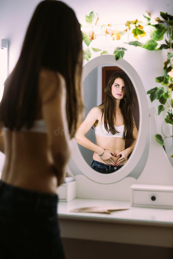Mujer descamisada en el espejo fotografía de archivo libre de regalías