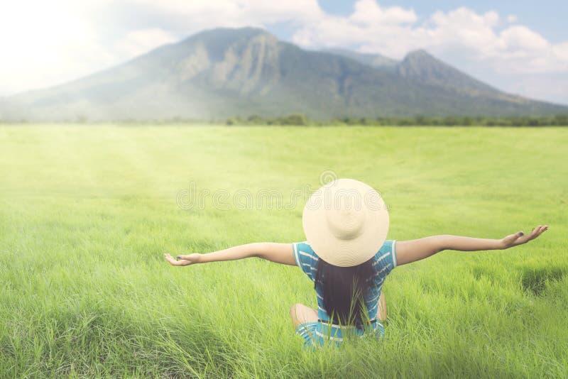 Mujer desconocida que goza del aire fresco en la naturaleza fotografía de archivo