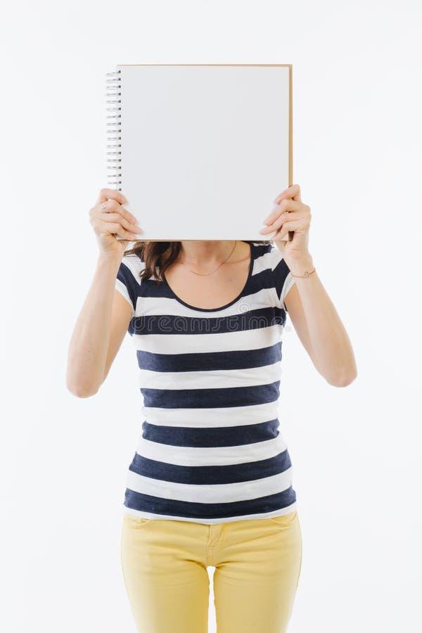 Mujer desconocida que intenta comunicar foto de archivo libre de regalías