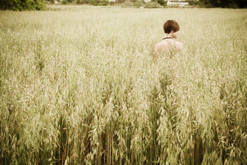 Mujer descubierta en prado imagen de archivo